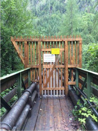 Gesperrte Brücke über den Gosaubach