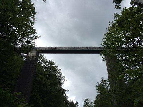 Die Brücke von unten. Wir folgen der Umleitung