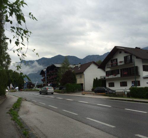 Bushaltestelle mit Blick auf Hotel Lindwurm